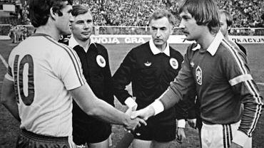 Włodzimierz Lubański (z lewej) i Zdenek Nehoda przed meczem w 1980 roku