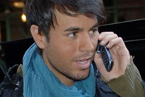 Nie wiemy, co stało się z Enrique Iglesiasem. Może to ta starannie ułożona fryzura, może to inny niż zawsze makijaż... Wokalista wygląda bardzo delikatnie i kobieco.