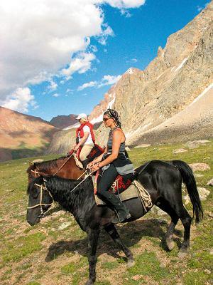 Po obejrzeniu polodowcowego jeziora Kol-Tor na wysokości 3300 m n.p.m. zjeżdżamy w dolinę, a właściwie konie same zjeżdżają - one najlepiej wiedzą, gdzie stąpać, by nie połamać nóg