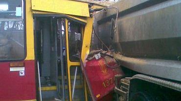 Tramwaj wbił się w ciężarówkę na skrzyżowaniu ul. Okopowej i Stawki