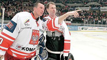 Grudzień 2004. Mecz Polska - Reprezentacja NHL w katowickim Spodku. Tomasz Jaworski i Dominik Haszek