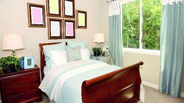 Łóżko jak w dorosłej sypialni - z dostępem od dwóch stron - nadaje pomieszczeniu klasyczny, sypialniany charakter, ale nie każde dziecko będzie się w takiej przestrzeni dobrze czuło