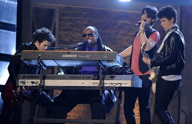 Kevin Jonas, Stevie Wonder, Joe i Nick Jonas na Grammy 2009