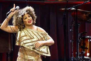 Tina Turner, czyli najsłynniejsza rockowa babcia, ruszyła w marcu kolejną trasę. Swoje lata ma, ale to nie przeszkadza jej w dawaniu fantastycznych show. Ciekawi nas tylko, czy ten tancerki to specjalnie tez takie pulchniutkie, czy tylko przypadkiem?