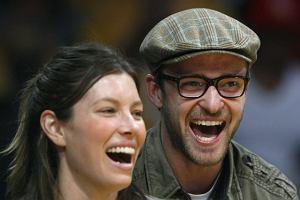 Wiemy natomiast, że Jessica Biel i Justin Timberlake kochają koszykówkę i być może mecz wprawił ich w tak szampańskie nastroje. Przynajmniej mają ładne zęby. Jessica dużo bardziej niż jej chłopak wygląda na fana NBA. Justin jakiś taki ciut za elegancki jak na halę sportową.