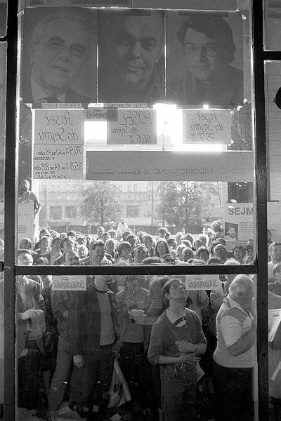 Rok 1989, tłum przed Niespodzianką czeka na wyniki wyborów