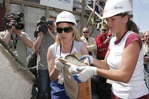 Siostry Radwańskie skupione są nie tylko na swojej karierze. Znajdują czas, by pomagać potrzebującym. Ostatnio wzięły udział w charytatywnej akcji budowania domu dla potrzebującej rodziny pod Piasecznem. Akcję Habitat for Humanity organizował Whirlpooll.