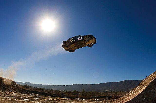 Ken Block wykonuje ponad 52-metrowy skok w swoim Subaru