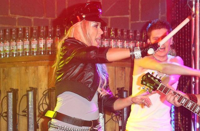 Na wczorajszej imprezie Eski wystąpiła między innymi formacja GrooveBusterz. Kiedy na scenie pojawiła się wokalistka zespołu, nikt nie miał wątpliwości, na kim się ona wzoruje.