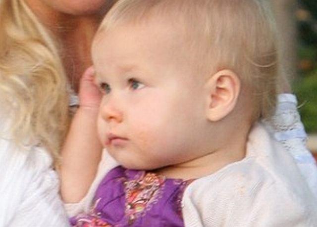 Patrząc na tę dziewczynkę raczej ciężko jest się domyślić, czyją jest córeczką. Nie jest podobna do mamusi - i całe szczęście...