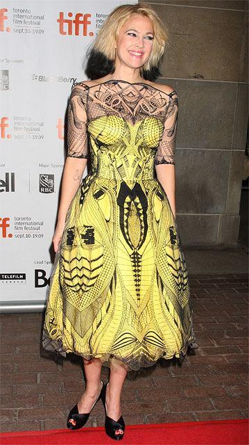 Drew Barrymore w sukience z kolekcji Resort 2010 Alexandra McQueena