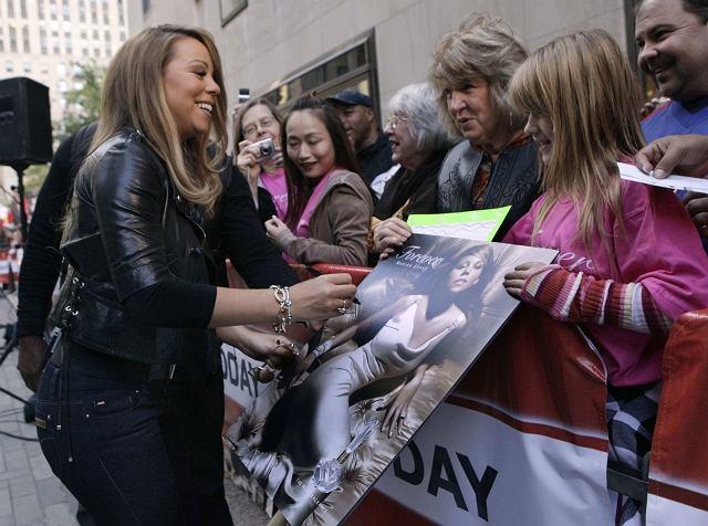Gdzie tylko pojawia się Mariah Carey, tam pojawia się tłum wpatrzonych w nią fanów. Nie inaczej było w Nowym Jorku, gdzie gwiazda promowała swoje najnowsze perfumy. Znając życie, nieważne jak pachną, i tak kupią je rzesze fanów.