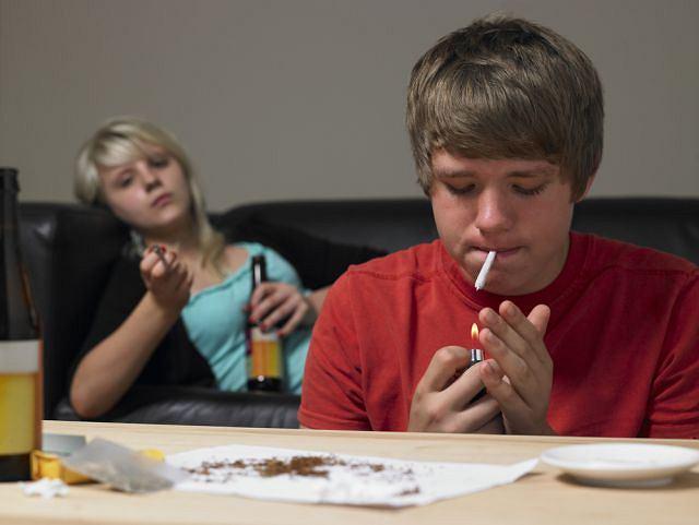 Powodem sięgania młodych ludzi po narkotyki często jest poczucie samotności i niezrozumienia.