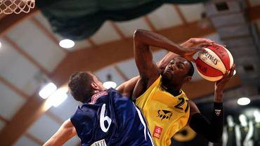 Lawrence Kinnard (z piłką) atakuje kosz Anwilu