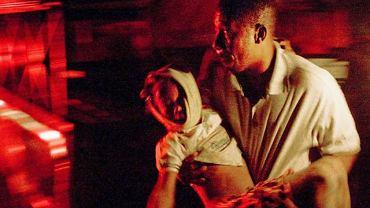 Mężczyzna ratuje dziecko ranne podczas trzęsienia