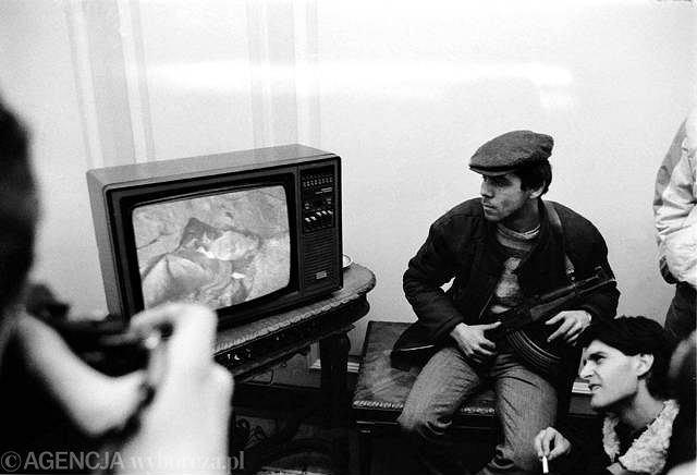 Rumuńscy powstańcy oglądają w telewizji egzekucję Nicolae Ceausescu i jego zony Eleny (grudzień 1989)