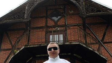 Jacek Kurski przed swoją leśniczówką