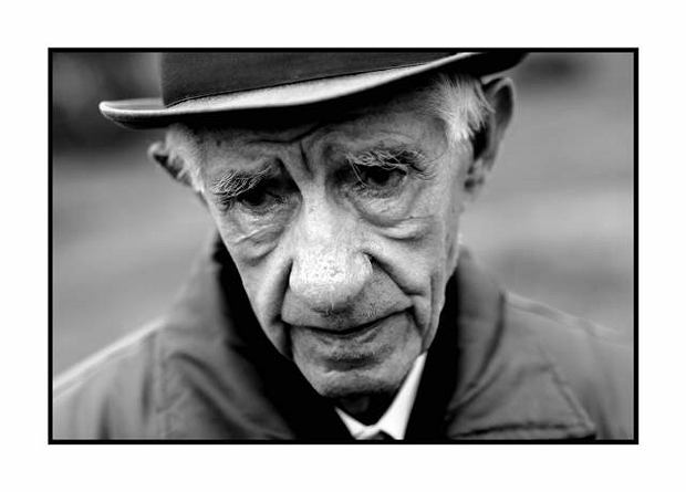 Nowy Sącz. Jakub Muller, ostani Zyd w Nowym Saczu, od 1969 roku  mieszka w Szwecji, od 1989 roku znowu przyjeżdża do Polski, opiekuje się cmentarzem żydowskim i bożnicą.