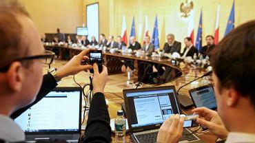 Premier w otoczeniu internautów podczas dyskusji o ustawie wprowadzajacej rejestr stron i usług niedozwolonych