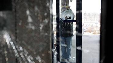 Drzwi uszkodzone w efekcie ataku