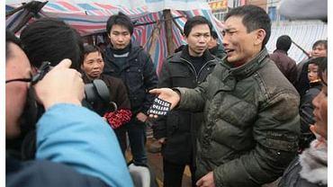 Po śmierci Wang Cuyun doszło do strać z policją. Jeden z protestujących pokazuje oderwany pagon mundurowych