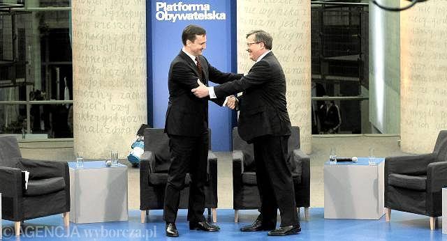 Sikorski i Komorowski witają się przed debatą w BUWie