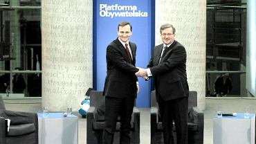Radosław Sikorski i Bronisław Komorowski ściskają sobie ręce na początku debaty