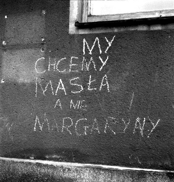 Szczecin, 1970-12-17. Grudzień 1970 - bunt robotniczy w Polsce. Bezpośrednią przyczyną strajków i demonstracji była wprowadzona 12 grudnia drastyczna podwyżka cen żywności. Doszło do zamieszek ulicznych i starć z milicją. Nz. hasło na murze budynku: My chcemy masła a nie margaryny.