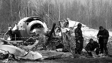 Rosyjscy śledczy na miejscu katastrofy polskiego samolotu w lesie koło lotniska w Smoleńsku