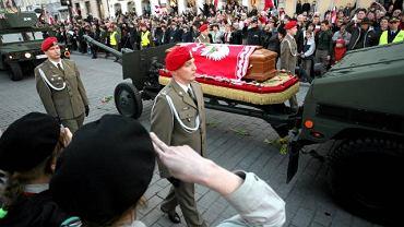 Sobota. Godz. 17.54. Kondukt z ciałami prezydenckiej pary na Krakowskim Przedmieściu