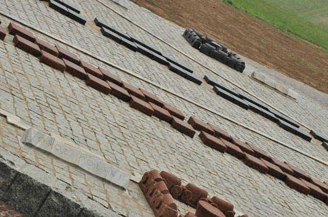 Grunwald: kamienne pole bitwy pokazuje rozmieszczenie obozów na tle wsi i dzisiejszych dróg
