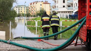 Piaseczno, strażacy wypompowują wodę z zalanego osiedla