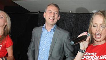 Grzegorz Napieralski w towarzystwie 2Sistars na imprezie dla wolontariuszy, którzy pracowali przy jego kampanii wyborczej