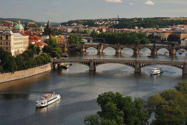 Wieczór na wzgórzu Letna po małostrańskiej stronie Pragi to najwspanialszy widok na jej mosty.