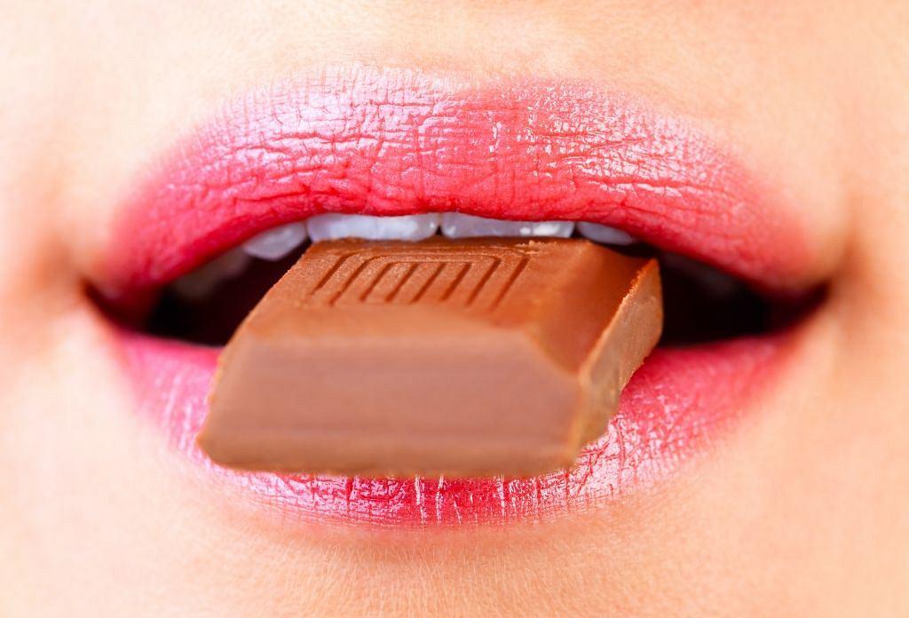 Masz ochotę na ulubioną czekoladę? Sięgnij po nią, ale zjedź nie więcej niż jedną kostkę