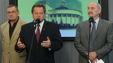 Posłowie PiS na konferencji prasowej po pierwszym posiedzeniu zespołu. Od lewej: Zbigniew Romaszewski, Jarosław Zieliński, Antoni Macierewicz