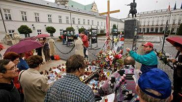 Krzyż przed Pałacem Prezydenckim