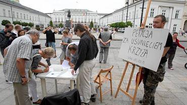 Warszawa: akcja zbierania podpisów pod petycja o usunięcie krzyża sprzed Pałacu Prezydenckiego