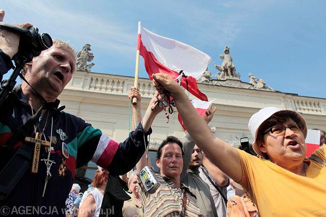 Obrońcy krzyża zebrali się także pod budynkiem Ministerstwa Kultury