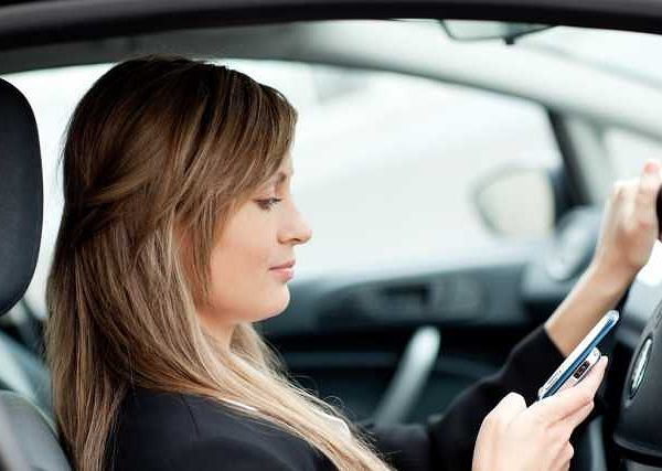 Niektóre kobiety za kierownicą odpisują na smsy