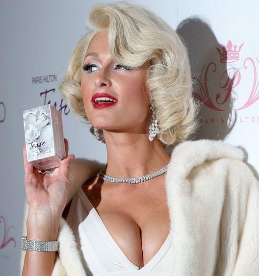 Paris Hilton promuje swoje perfumy