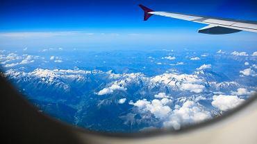 Alpy widziane z okna samolotu