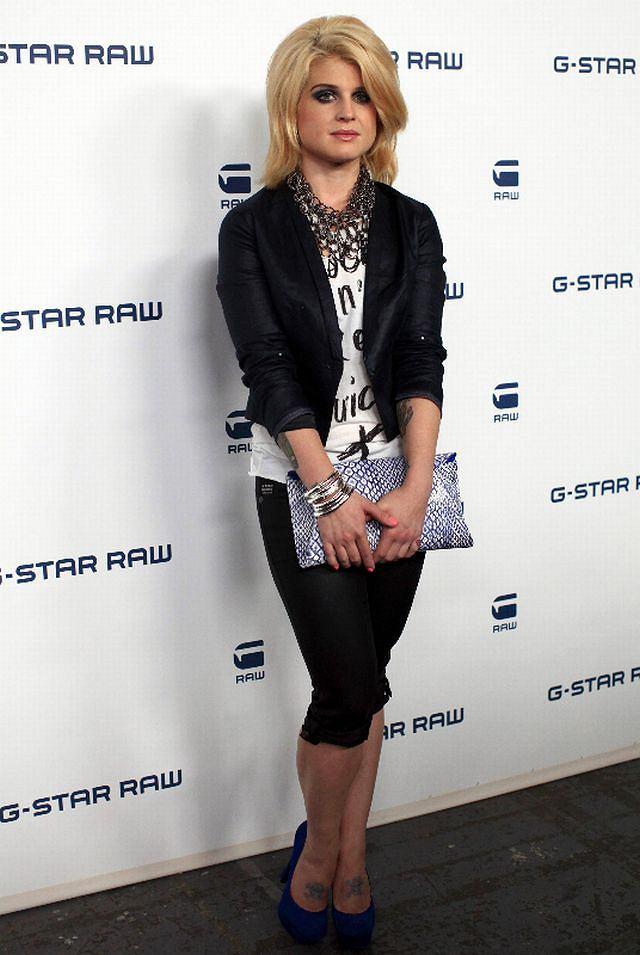 Kelly Osbourne wpadła na Tydzień Mody w Nowym Jorku. Porzuciła styl ostrej rockmenki i zaczęła ubierać się modne i z klasą. Wygląda naprawdę dobrze. Jak podoba wam się Kelly w nowej odsłonie?