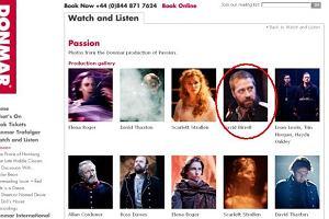 David Birrell i inni aktorzy grający w musicalu Pasja wystawianym w teatrze Donmar Warehouse.