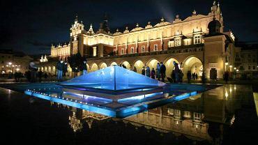 Kraków. Próba oświetlenia fontanny na Rynku Głównym