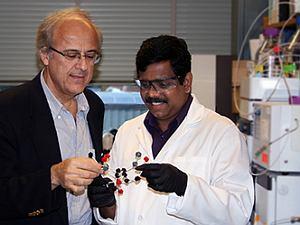 Po lewej prof. Stephanopoulos, po prawej dr. Ajikumar Parayil