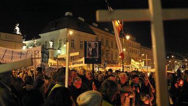 Pół roku po katastrofie smolenskiej: tłum z krzyżami pod Pałacem Prezydenckim w Warszawie