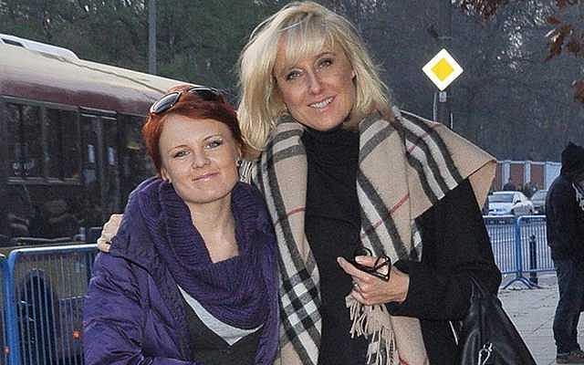 Agata Młynarska z córką pojawiły się 1 listopada na cmentarzu powązkowskim. Panie chciały najwyraźniej wesprzeć swoją obecnością kwestujących artystów i dziennikarzy. Trzeba też przyznać, że wyglądały bardzo ładnie.