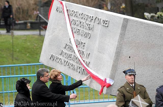 Bronisław Komorowski podczas odsłonięcia pomnika na Powązkach