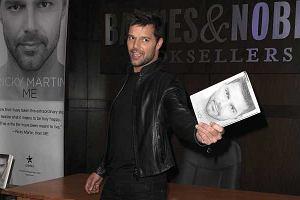 Rok 2010 jest dla Ricky'ego Martina przełomowy. Najpierw przyznał, że jest gejem, wydał nowy singiel, a do tego całe swoje życie spisał na kartach autobiografii Me. Piosenkarz promował to ciekawe wydawnictwo w księgarni Barnes & Noble w Nowym Jorku.